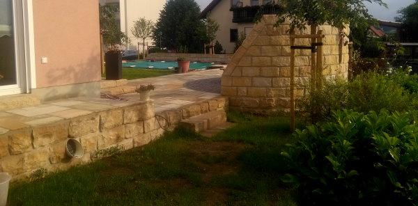 Außenanlage mit Sandsteinmauern und Sandsteinplattenbelag