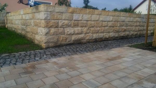 Sandsteinmauer, Fußweg mit Granit, Stellfläche für Schuppen mit passendem Betonpflaster